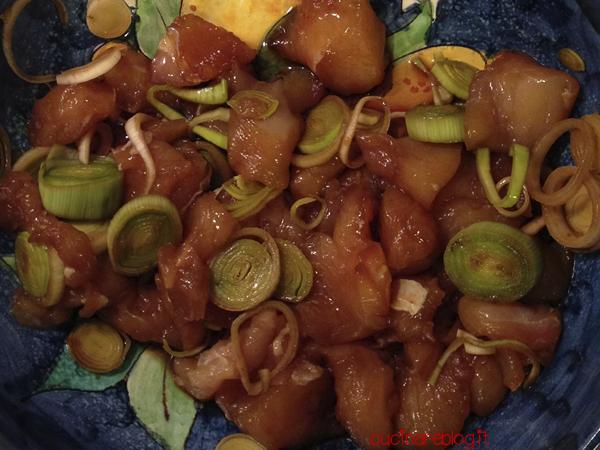 Pollo fritto giapponese tori no karaage marinatura