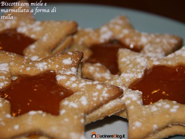 Biscotti con miele e marmellata a forma di stella
