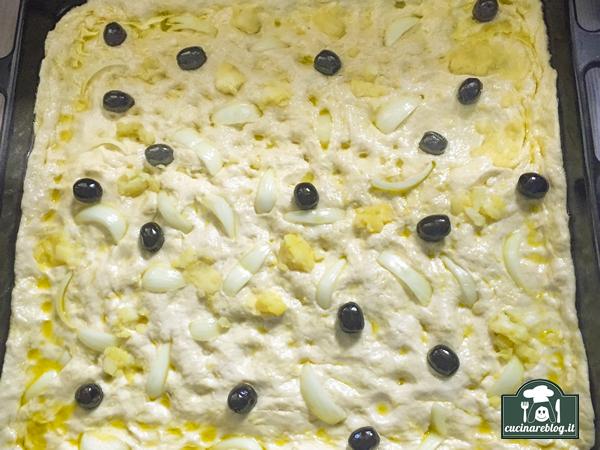 Focaccia con olive cipolle e patate dopo lievito