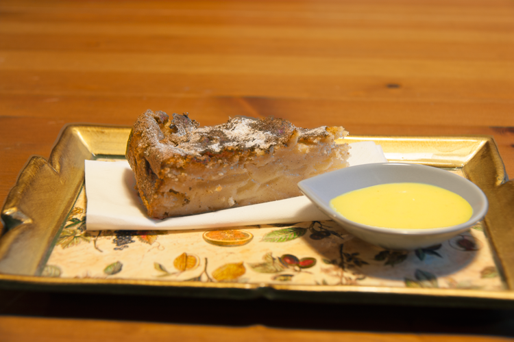 Salsa di vaniglia con torta di mele