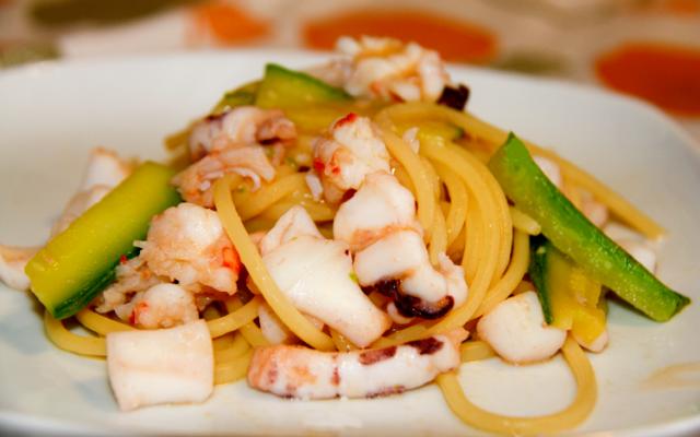 Spaghetti mazzancolle, calamari, zucchine